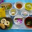 (昼食献立) ・巻き寿司・いなり寿司 ・鯛の浜焼き ・えびと夏野菜のてんぷら ・枝豆豆腐 ・清汁(じゅんさい) ・饅頭(桃小町)