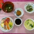 (昼食献立) ・海鮮丼 ・茶碗蒸し ・ホウレンソウとシメジのユズおろし ・清汁(しらす) ・黒糖まんじゅう