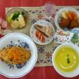 (昼食献立) ・チキンライス ・鶏のからあげ ・ブロッコリーと卵のサラダ ・コーンスープ ・ショコラケーキ ・シャンメリー
