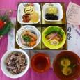 (昼食献立) ・赤飯 ・ぶりの照り焼き、干支かまぼこ ・煮物、昆布巻き ・かずのこ、干し柿、伊達巻 ・黒豆、栗きんとん、清汁