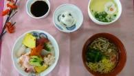 (昼食献立) ・海鮮丼 ・茶碗蒸し ・そばの椀盛り ・やぶれまんじゅう