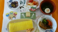 (昼食献立) ・恵方巻き ・魚の煮付け(鯛) ・あおさと白魚の清汁 ・フルーツ(いちご・デコポン) ・節分甘納豆