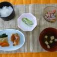 (昼食献立) ・ごはん ・魚の田楽(赤魚) ・春雨の生姜ドレッシング和え ・清汁(豆腐) ・フルーツ(キウイ)