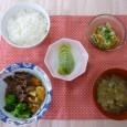(昼食献立) ・ごはん ・甘辛牛肉と野菜の煮物 ・きゅうりとほたての酢の物 ・春雨スープ ・フルーツ(キウイ)