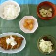 (昼食献立) ・ごはん ・さつまあげ ・ポテトサラダ ・清汁(糸寒天) ・りんごの甘煮